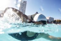 Male swimmer athlete swimming in sunny swimming pool 11086029859  写真素材・ストックフォト・画像・イラスト素材 アマナイメージズ