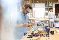 Stained glass artist working in studio 11086030138| 写真素材・ストックフォト・画像・イラスト素材|アマナイメージズ