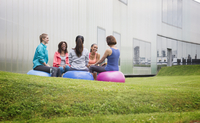 Women on fitness balls talking in exercise class on gym lawn 11086031525| 写真素材・ストックフォト・画像・イラスト素材|アマナイメージズ