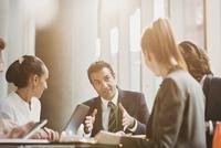 Businessman talking, leading conference room meeting 11086032134| 写真素材・ストックフォト・画像・イラスト素材|アマナイメージズ