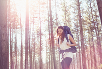 Young woman with backpack hiking in sunny woods 11086032368  写真素材・ストックフォト・画像・イラスト素材 アマナイメージズ