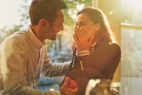 Boyfriend proposing to surprised, happy girlfriend in cafe 11086033411| 写真素材・ストックフォト・画像・イラスト素材|アマナイメージズ