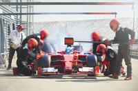 Pit crew working on formula one race car in pit lane 11086033500| 写真素材・ストックフォト・画像・イラスト素材|アマナイメージズ