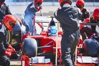 Pit crew working on formula one race car in pit lane 11086033502| 写真素材・ストックフォト・画像・イラスト素材|アマナイメージズ