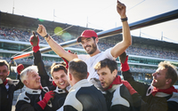 Formula one racing team carrying driver on shoulders, celebrating victory 11086033540| 写真素材・ストックフォト・画像・イラスト素材|アマナイメージズ