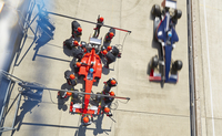 Overhead pit crew replacing tires on formula one race car in pit lane 11086033574| 写真素材・ストックフォト・画像・イラスト素材|アマナイメージズ