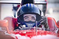 Portrait confident male formula one race car driver gesturing thumbs-up 11086033619| 写真素材・ストックフォト・画像・イラスト素材|アマナイメージズ