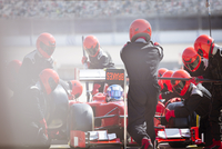 Pit crew replacing tires on formula one race car in pit lane 11086033629| 写真素材・ストックフォト・画像・イラスト素材|アマナイメージズ