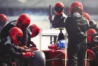 Pit crew replacing tires on formula one race car in pit lane 11086033639  写真素材・ストックフォト・画像・イラスト素材 アマナイメージズ