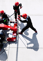 Overhead pit crew with hydraulic lift in pit lane 11086033650| 写真素材・ストックフォト・画像・イラスト素材|アマナイメージズ