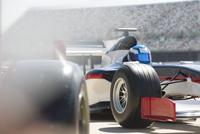 Formula one race car and driver in pit lane 11086033662| 写真素材・ストックフォト・画像・イラスト素材|アマナイメージズ