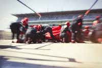 Pit crew replacing tires on formula one race car in pit lane 11086033667| 写真素材・ストックフォト・画像・イラスト素材|アマナイメージズ