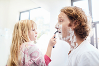 Daughter helping father shave face in bathroom 11086033739| 写真素材・ストックフォト・画像・イラスト素材|アマナイメージズ