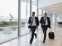 Businessmen running, rushing with suitcase in airport 11086033972| 写真素材・ストックフォト・画像・イラスト素材|アマナイメージズ