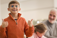Portrait smiling playful boy gesturing thumbs-up 11086034530  写真素材・ストックフォト・画像・イラスト素材 アマナイメージズ