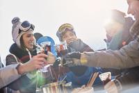 Skier friends toasting cocktail glasses apres-ski 11086034583| 写真素材・ストックフォト・画像・イラスト素材|アマナイメージズ