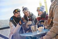 Skier friends drinking and eating at balcony table apres-ski 11086034593| 写真素材・ストックフォト・画像・イラスト素材|アマナイメージズ