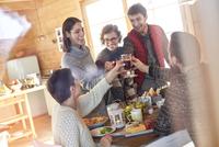 Friends toasting wine glasses at cabin table 11086034610| 写真素材・ストックフォト・画像・イラスト素材|アマナイメージズ