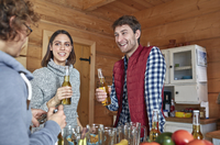 Friends drinking beer and hanging out in cabin kitchen 11086034634| 写真素材・ストックフォト・画像・イラスト素材|アマナイメージズ
