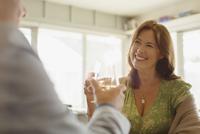 Smiling couple toasting wine glasses at restaurant 11086035225| 写真素材・ストックフォト・画像・イラスト素材|アマナイメージズ