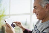 Senior man using digital tablet 11086035244| 写真素材・ストックフォト・画像・イラスト素材|アマナイメージズ