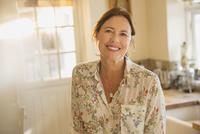 Portrait smiling mature woman 11086035254| 写真素材・ストックフォト・画像・イラスト素材|アマナイメージズ
