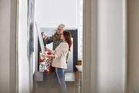 Painters examining painting in art studio 11086035430| 写真素材・ストックフォト・画像・イラスト素材|アマナイメージズ
