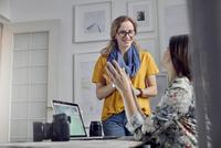 Female photographers talking, meeting in office 11086035431| 写真素材・ストックフォト・画像・イラスト素材|アマナイメージズ