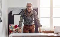 Portrait confident male photographer standing over canvas in art studio 11086035435| 写真素材・ストックフォト・画像・イラスト素材|アマナイメージズ