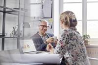 Architects meeting, planning in office 11086035441| 写真素材・ストックフォト・画像・イラスト素材|アマナイメージズ