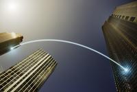 Fiber optic light trail communication connecting highrise buildings, concept 11086035462| 写真素材・ストックフォト・画像・イラスト素材|アマナイメージズ