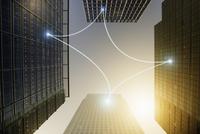 Fiber optic light communication connecting highrise buildings, concept 11086035465| 写真素材・ストックフォト・画像・イラスト素材|アマナイメージズ