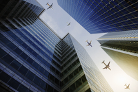 Airplanes flying in a row over highrise buildings, travel concept 11086035468| 写真素材・ストックフォト・画像・イラスト素材|アマナイメージズ