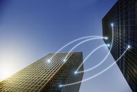 Fiber optic light communication connecting highrise buildings, concept 11086035469| 写真素材・ストックフォト・画像・イラスト素材|アマナイメージズ