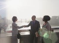 Silhouette business people handshaking on sunny urban bridge over Thames River, London, UK 11086035528| 写真素材・ストックフォト・画像・イラスト素材|アマナイメージズ