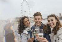 Portrait enthusiastic, smiling friends celebrating, toasting champagne near Millennium Wheel, London, UK 11086035534  写真素材・ストックフォト・画像・イラスト素材 アマナイメージズ