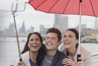 Smiling friend tourists with umbrella taking selfie with selfie stick, London, UK 11086035576| 写真素材・ストックフォト・画像・イラスト素材|アマナイメージズ