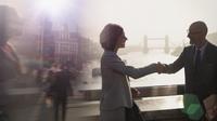 Silhouette business people handshaking on sunny bridge over River Thames, London, UK 11086035606| 写真素材・ストックフォト・画像・イラスト素材|アマナイメージズ