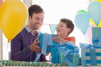 Young boy celebrating birthday 11087016429| 写真素材・ストックフォト・画像・イラスト素材|アマナイメージズ