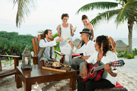 Wedding party and man playing guitar 11087018014| 写真素材・ストックフォト・画像・イラスト素材|アマナイメージズ