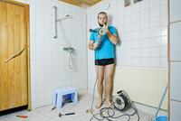 Finland, Heinola, Man renovating bathroom 11090010323| 写真素材・ストックフォト・画像・イラスト素材|アマナイメージズ