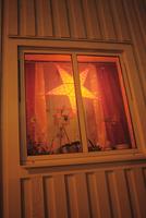 Sweden, Vastra Gotaland, Molndal, Illuminated star in window 11090011791| 写真素材・ストックフォト・画像・イラスト素材|アマナイメージズ
