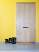 Finland, Uusimaa, Helsinki, shoes in a row outside wooden door 11090012220| 写真素材・ストックフォト・画像・イラスト素材|アマナイメージズ