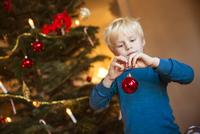 Sweden, Little blonde boy (4-5) with Christmas decoration toy 11090012814| 写真素材・ストックフォト・画像・イラスト素材|アマナイメージズ