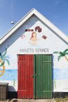 Denmark, Bornholm, Boderne, Colorful cottage 11090017106| 写真素材・ストックフォト・画像・イラスト素材|アマナイメージズ