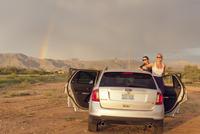 USA, California, Two female friends on road trip at sunset 11090017128| 写真素材・ストックフォト・画像・イラスト素材|アマナイメージズ
