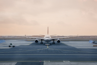 Germany, Frankfurt, Airplane on runway at dusk 11090017186| 写真素材・ストックフォト・画像・イラスト素材|アマナイメージズ
