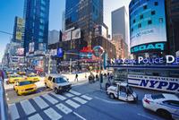 USA, New York State, New York City, Manhattan, People in Times Square 11090017234| 写真素材・ストックフォト・画像・イラスト素材|アマナイメージズ