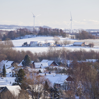 Sweden, Skane, Oxie, Town and wind turbines in winter 11090017333| 写真素材・ストックフォト・画像・イラスト素材|アマナイメージズ