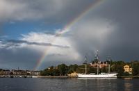 Sweden, Stockholm, Rainbow above sailing ship at harbor 11090017520| 写真素材・ストックフォト・画像・イラスト素材|アマナイメージズ